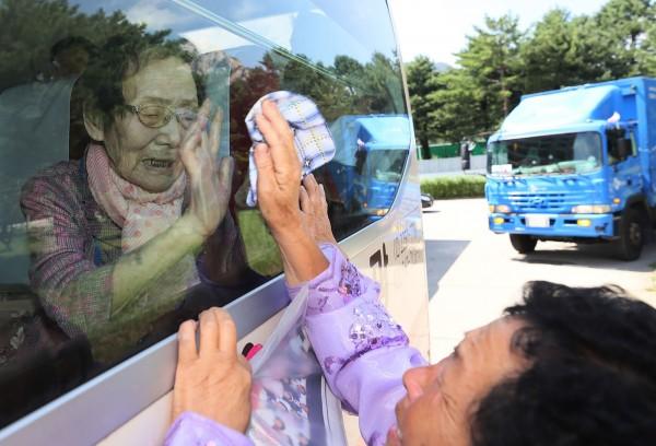 韓信子在車上與女兒道別。(法新社)