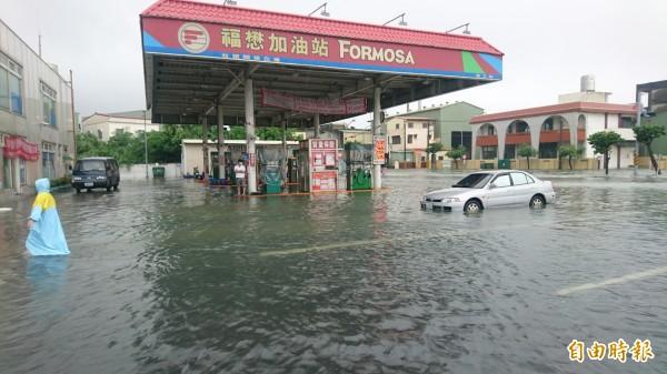 新營嘉芳的加油站泡水。(記者楊金城攝)