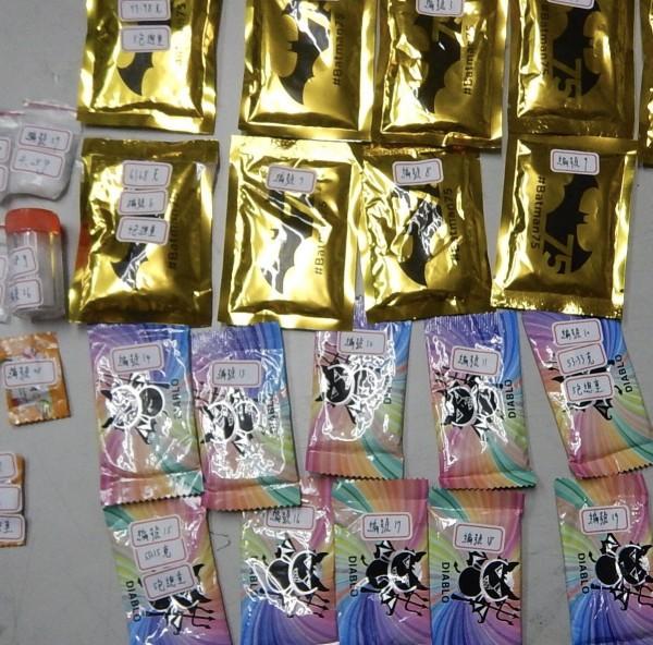 警方最後在車內找到一堆毒咖啡及K他命等毒品。(記者許國楨翻攝)