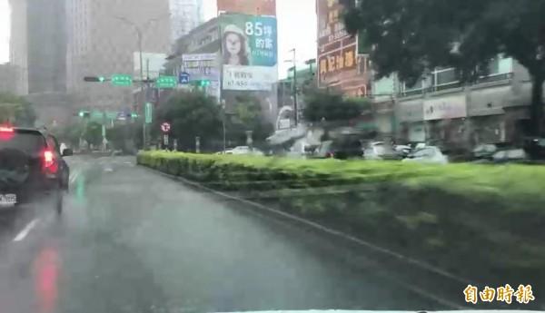 竹北市民代表余政達批評,光明六路東2段(嘉豐二街到自強南北路)約300公尺長的快車道內側竟然沒有排水孔,每逢下雨即積水,車輛快車行經水花四濺,妨礙視線。(記者廖雪茹攝)