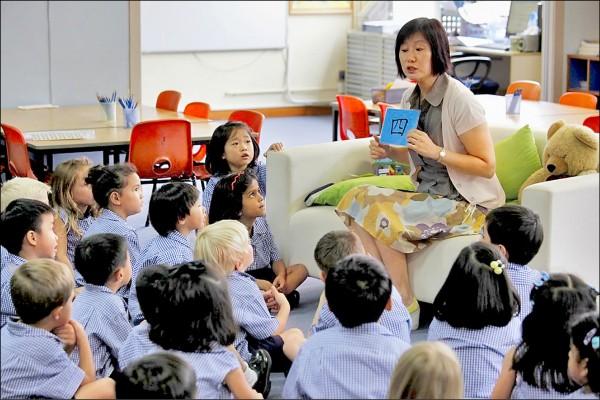 二○一七年,香港本地和中國學生的人數已佔香港私立國際學校約二十五%。圖為一位國際學校的教師正教小學生「普通話(中文)」,可見有不同國籍與族裔的學生。(路透)