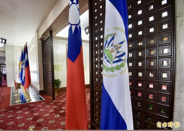 總統蔡英文才返抵國門,不料傳出我國與薩爾瓦多斷交。圖為外交部大廳薩爾瓦多國旗(右一)。(資料照)