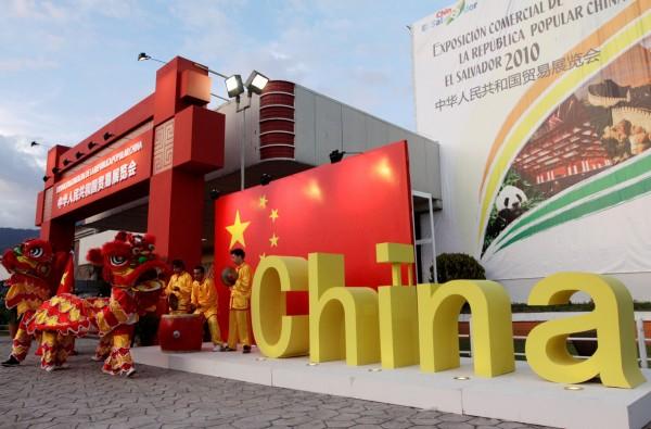 中國挖走我友邦薩爾瓦多,美國白宮怒斥中國破壞兩岸關係。圖為薩爾瓦多的中國標語。(路透)