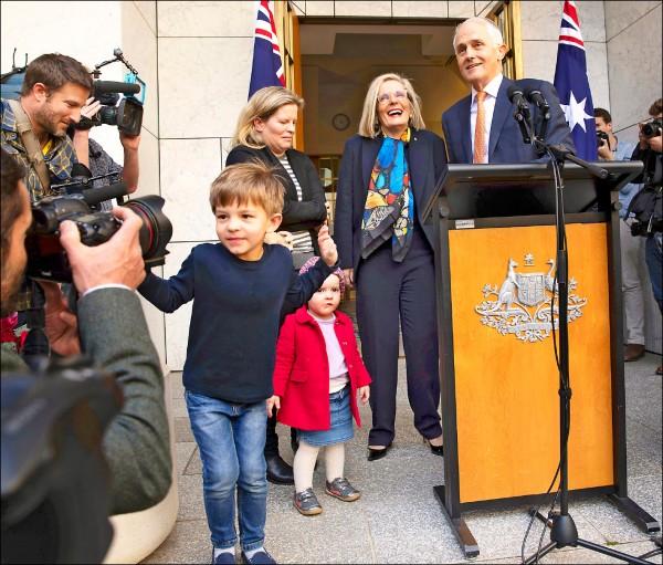 滕博爾(右三)廿四日在離開澳洲國會前召開記者會,其妻、女和孫子、孫女也現身替他加油打氣。(美聯社)