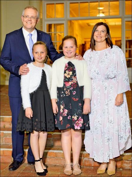 新任澳洲總理莫里森(左一)全家福。(法新社)
