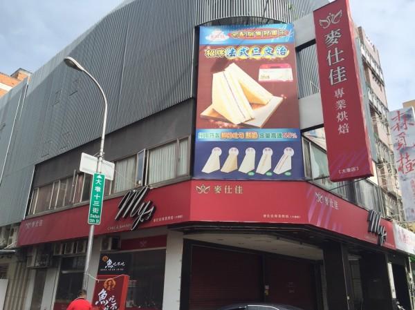 槍擊現場位於麵包店2樓,疑為仲介女子陪酒的傳播公司。(記者張瑞楨翻攝)