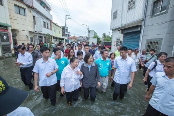李俊俋晚間也在臉書發文,指責網傳影片製造總統「規避涉水」的假象,但實際上政府相當重視極端氣候致災的嚴重性,總統為了勘災也早就「撩下去」了。(圖擷自李俊俋臉書)