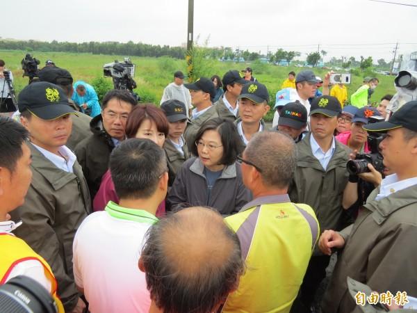 蔡英文到台南市曾文溪排水視察,聽取地方里長及居民的心聲。(記者蔡文居攝)