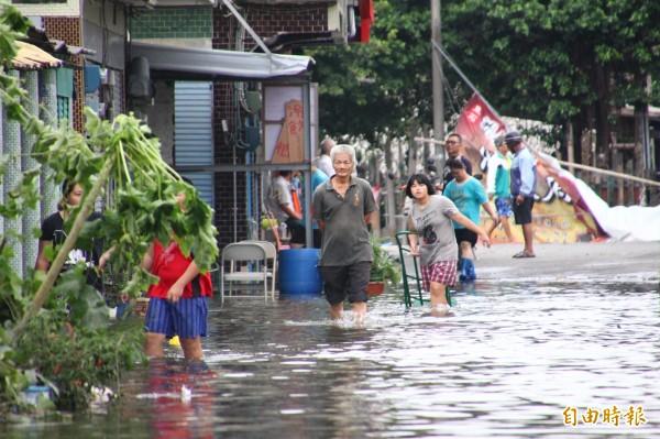 東石災區淹水未退,災民快發狂了。(記者林宜樟攝)