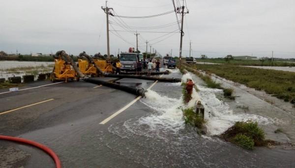 新北市政府調派的抽水機具、組員,已在台南等地協助抽水。(新北市政府提供)