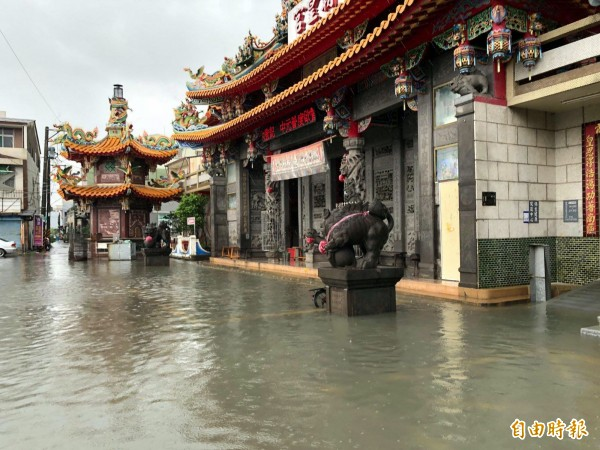 海尾朝皇宮廟埕這次也有積水,主委吳進池說,「只有幾公分,那不算淹啦!」(記者蔡文居攝)
