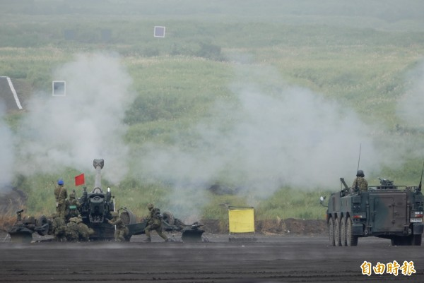 日本規模最大的陸上自衛隊實彈射擊「富士綜合火力演習」,二十六日在靜岡縣的東富士演習舉行。(記者林翠儀攝)