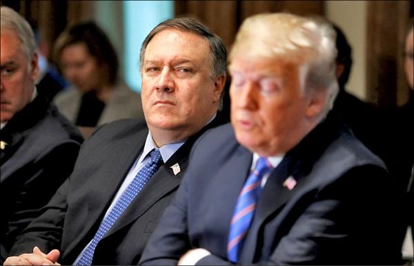 圖為美國國務卿龐皮歐(左)與總統川普(右)於七月十八日白宮內閣會議時所攝。(路透檔案照)
