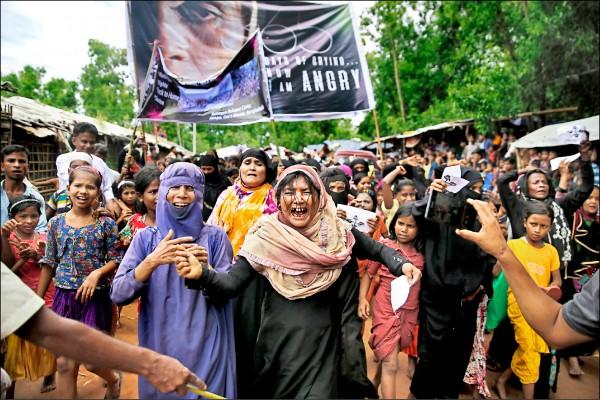 25日在孟加拉數個難民營發動抗議。(美聯社)