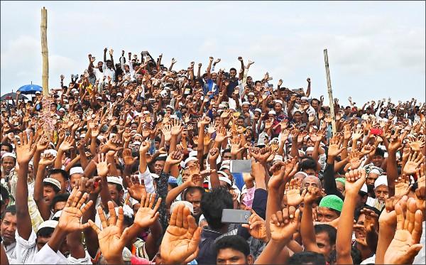 一年前因遭緬甸軍方血腥鎮壓而被迫出走的緬甸少數民族羅興亞穆斯林,25日在孟加拉數個難民營發動抗議、要求正義。(法新社)