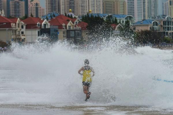 棕櫚颱風襲擊中國山東壽光引發洪災,倒塌房屋則剛剛好是9999棟,可能是地方政府害怕究責才低報數量。(法新社)