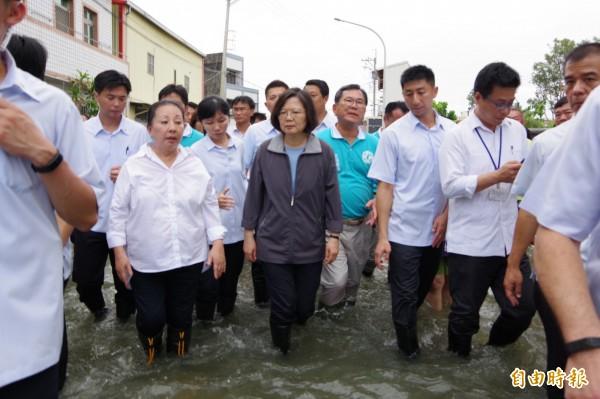總統蔡英文關心南台灣淹水災情,昨南下嘉義布袋鎮涉水勘災。(記者曾迺強攝)