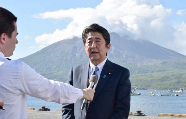日本首相安倍晉三今日下午於鹿兒島縣正式宣布參選自民黨黨魁。(法新社)