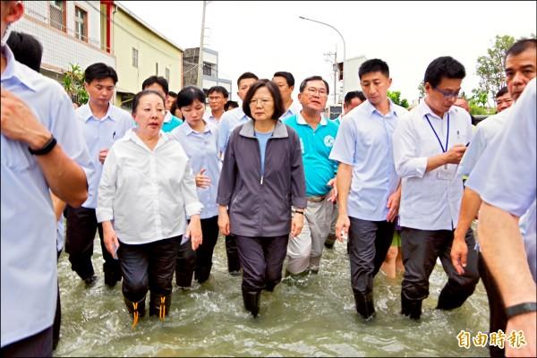 總統蔡英文關心南台灣淹水災情,昨南下嘉義布袋鎮涉水勘災。 (記者曾迺強攝)