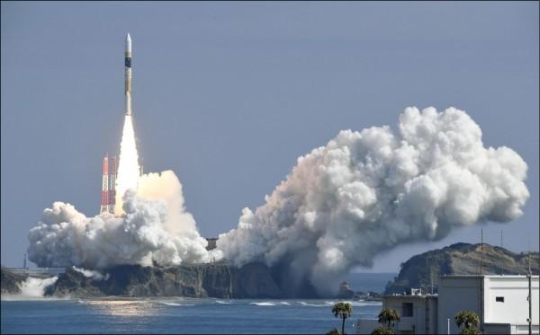 日本H-IIA火箭2017年3月17日從九州種子島太空中心發射升空,該火箭運載一枚情報蒐集衛星 。(路透檔案照)