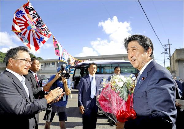 日本首相兼執政自民黨黨魁安倍晉三(右),二十六日在九州鹿兒島縣垂水市下鄉視察時,正式宣布出馬角逐下屆黨魁選舉。(路透)