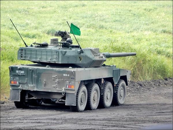 首次公開射擊的「16式機動戰鬥車」,時速可達上百公里。 (駐日特派員林翠儀攝)