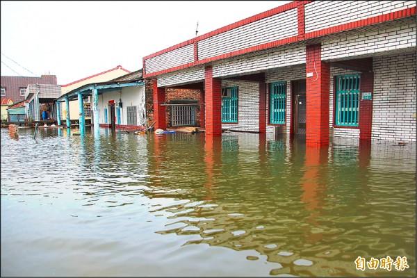 嘉義縣在823水災受創慘重,25、26日雖已停止大雨,但東石鄉掌潭村因地勢較低,大水漫流後持續往該地淹積,沒下雨反而水位增高,最深處超過半層樓。(記者林宜樟攝)
