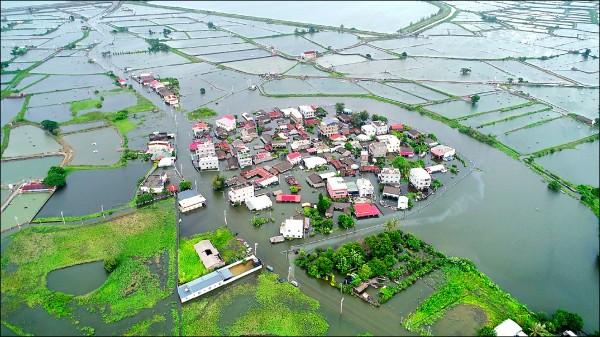 嘉義縣在823水災受創慘重,25、26日雖已停止大雨,但東石鄉掌潭村因地勢較低,大水漫流後持續往該地淹積,沒下雨反而水位增高,最深處超過半層樓。(圖:呂竑毅提供)