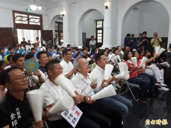 台灣選手在亞運射箭女子反曲弓團體組金牌戰中,惜敗韓國飲恨奪銀,新竹市政府在市府大廳現場轉播賽事,一起為台灣隊選手集氣加油。(記者洪美秀攝)