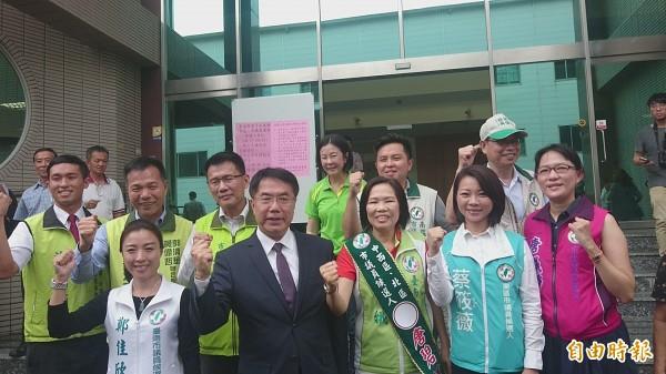 民進黨提名市長參選人黃偉哲完成登記。(記者劉婉君攝)