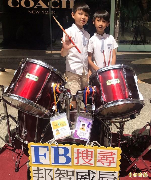 劉邦智(左)、劉威辰(右)這對喜歡打鼓的兄弟,當起街頭藝人表演「爵士鼓」已有上百場經驗。(記者李容萍攝)
