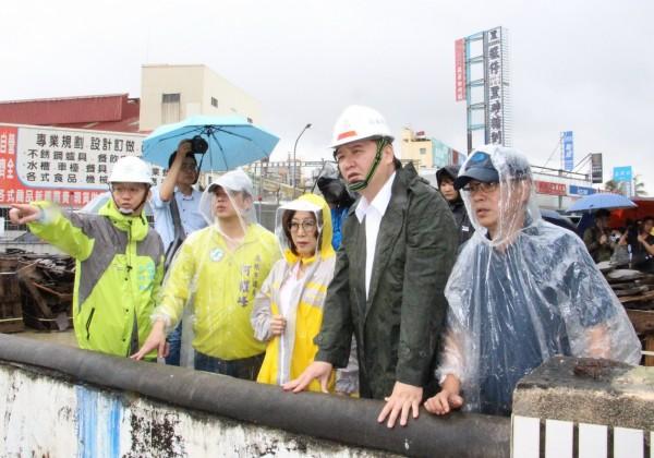 代市長許立明(右二)今與議長康裕成(中)視察三民區寶珠溝排水整治工程。(記者陳文嬋翻攝)