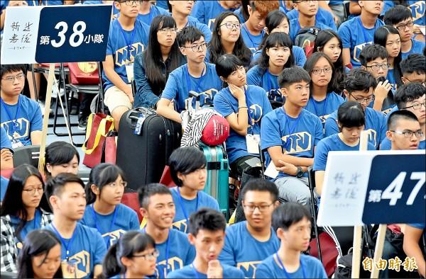 台大昨舉行107學年度開學典禮暨新生學習入門書院始業式,有些剛北上的新生還帶著行李參加典禮。(記者朱沛雄攝)