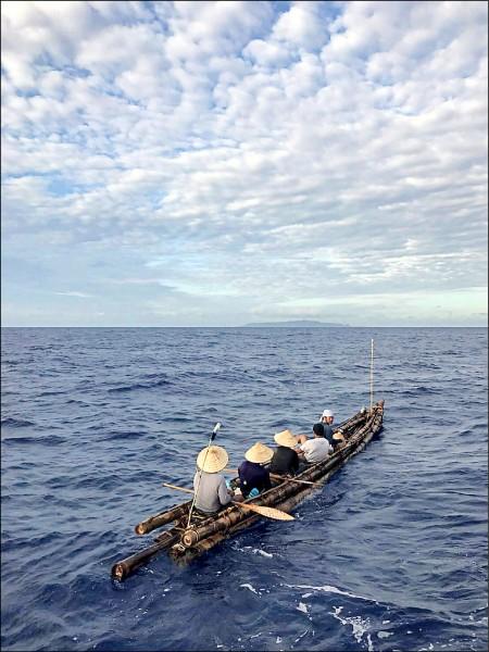 竹筏IRA1號去年由大武漁港啟航,跨越黑潮航向綠島。(日本NHK與台灣公共電視台提供)