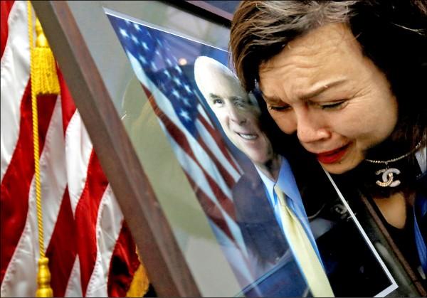 美國共和黨大老麥肯二十五日辭世,各界紛紛表達哀悼之意。圖為越南出生的美國公民Mai Tran二十七日在河內的美國大使館,對著麥肯的照片痛哭。(路透)