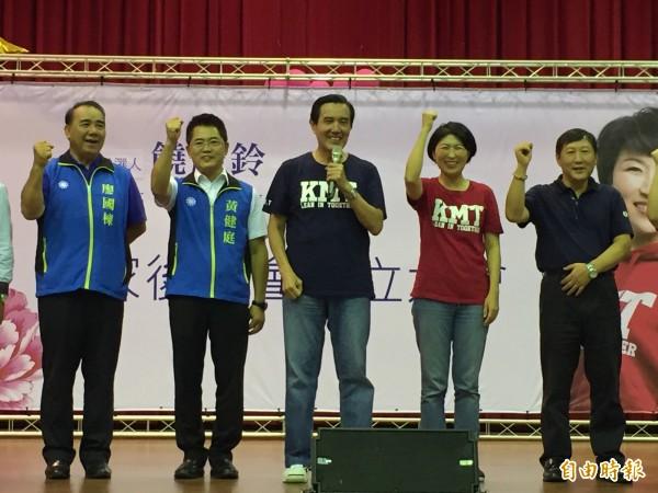 饒慶鈴(右二)客家後援會成立,展現大團結氣勢。(記者張存薇攝)