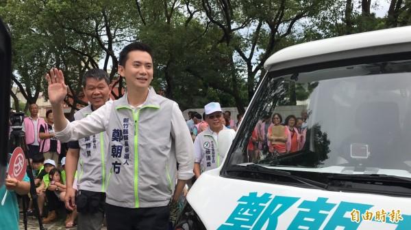 民進黨新竹縣長參選人鄭朝方步出「胖卡」向支持者揮手。(記者黃美珠攝)