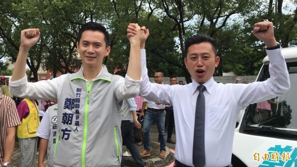 民進黨新竹縣長參選人鄭朝方(左)今天跟新竹市長林智堅「合體」,完成他的參選登記。(記者黃美珠攝)