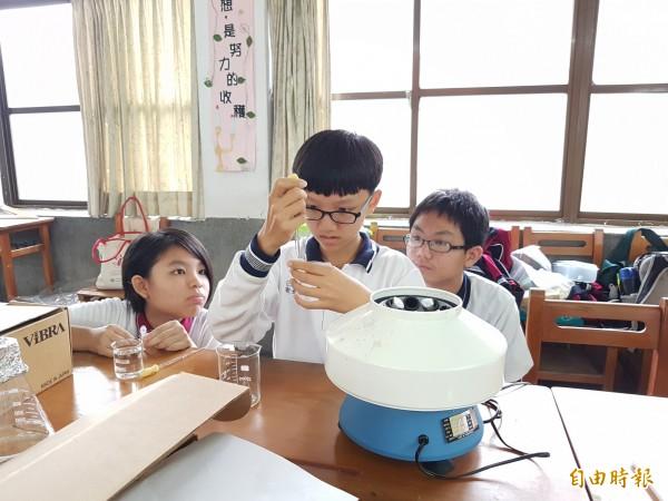 豐南國中學生進行螢光銅奈米團簇的合成及其性質之研究。(記者張軒哲攝)