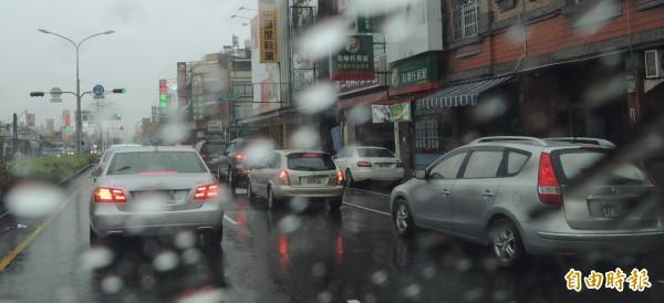 高、屏兩地持續性的強降雨,對交通造成相當大的影響。(記者李立法攝)