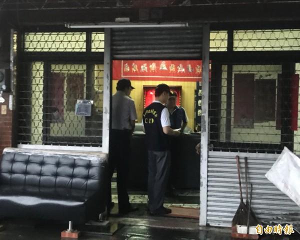 潘男疑似感情因素在家舉槍自盡,警方封鎖現場調查。(記者吳俊鋒攝)