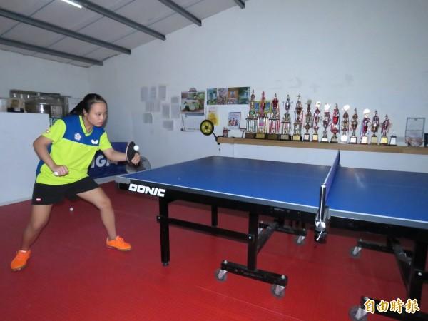 蔡佩蓉每天都在自家頂樓改造成的桌球室練球,夏天總是悶熱不已,但她從不喊苦。(記者陳心瑜攝)