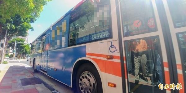 有公車駕駛離開座位要求下車乘客補車資,卻被台北市公運處罰款9000元。畫面中非當事車輛(資料照,記者簡惠茹攝)