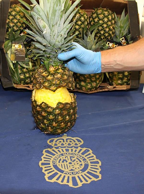 西班牙警方在星期一查獲了幾十個藏有古柯鹼的鳳梨。(法新社)
