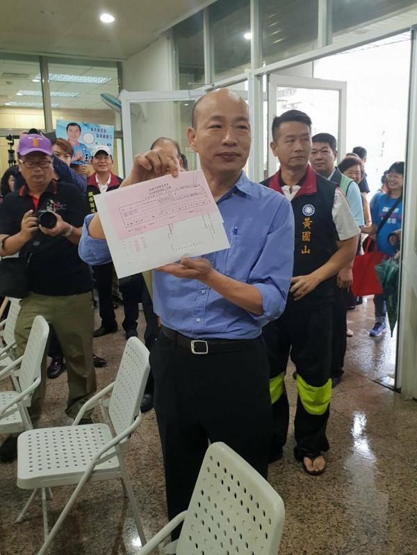 韓國瑜繳交200萬元保證金,亮出收據。(記者葛祐豪翻攝)