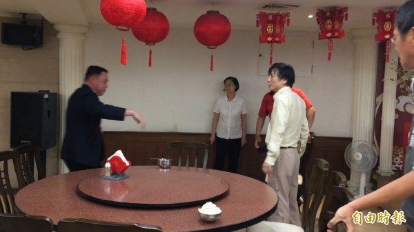 前桃園縣議員吳寶玉與議員詹江村(右)在議會餐廳演出全武行,議長邱奕勝(左)上前勸阻。(記者謝武雄攝)