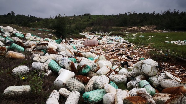 金門海岸線出現驚人的中國海漂垃圾,大量保麗龍在沿海堆積,儼然成一條垃圾河。(中央社)