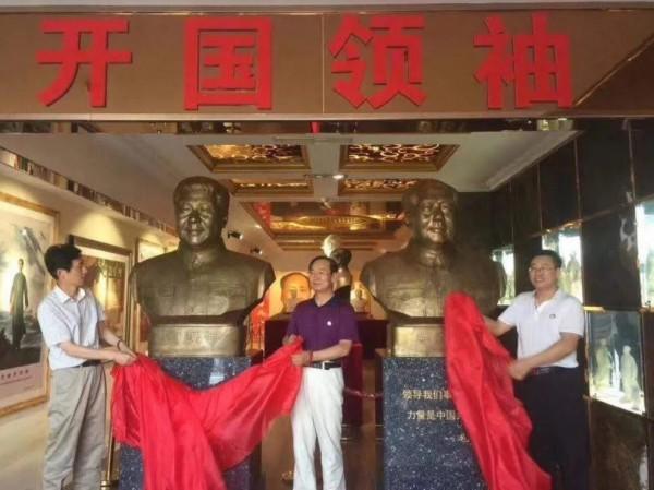 中國深圳蛇口改革開放博物館內「開國領袖」塑像只剩下毛澤東,原本擺放鄧小平塑像的位置則被習近平取代。(圖擷取自中國禁聞網)