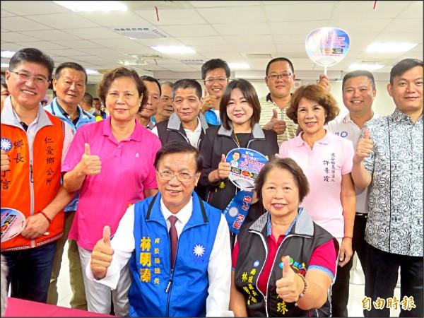 南投縣長林明溱(前排左)昨完成縣長選舉登記參選連任。(記者劉濱銓攝)