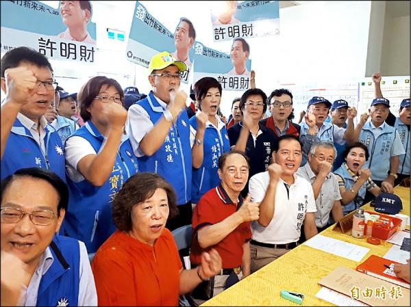 國民黨提名的新竹市長參選人許明財(前排穿白衣者)昨天在眾多支持者相挺下完成登記,訴求年底竹市藍天再現。(記者洪美秀攝)